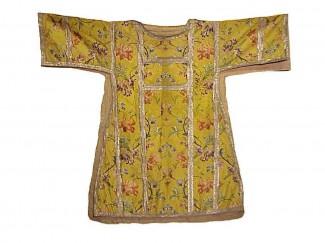 Gelbe Seidenstickerei auf gelbem Grund  Seide, Bordüre: Goldbrokat  L100/B120  Frankreich (Lyon) ca. 1740/1750