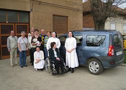 Pflegeteam und Aachener Delegation vor dem Dacia Logan