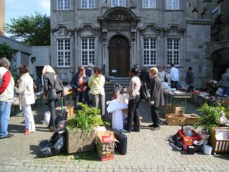 Flohmarkt in Aachen zur Finanzierung der Hilfstransporte