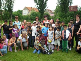 Schüler der Lernförderung und ihre Betreuerinnen im Problemviertel Balta