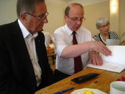 Pfr. Franz Josef Radler (rechts) im Gespräch mit  Pfr. Peter Bogdan, der 24 Jahre die Geschicke der Naumburger Pfarrei lenkte.